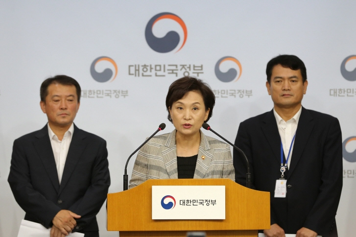 Minister Kim Hyun-mee announces the government's decision to suspend the operation of fire-prone BMW cars starting Aug. 15, 2018, in an address to the nation in Seoul on Aug. 14. (image: Min. of Land, Infrastructure & Transport)