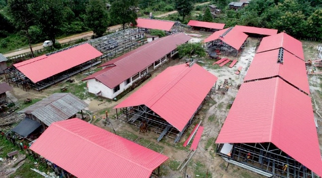 Temporary shelters being built in Sanamxay district, Attapeu province. (image: SK E&C)