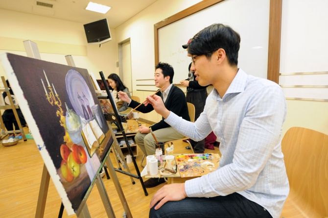 South Korean workers taking an art class at the cultural center in Shinsegae Department Store. (image: Shinsegae Department Store)