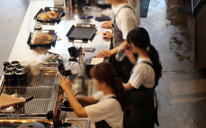Indirectly employed workers are classified as non-regular workers, along with fixed-term and part-time employees. (image: Yonhap)