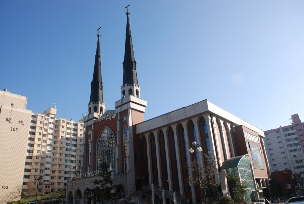 Myungsung Church has blatantly bypassed the law by dividing a portion of its congregation to Saenorae Myungsung Church in 2014, making Rev. Kim Ha-na its lead pastor, and then deciding to merge again in March 2017. The junior Kim took office in November. (Image courtesy of Wikimedia Commons)