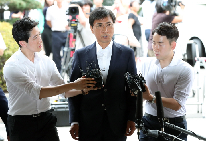Former South Chungcheong Gov. Ahn Hee-jung enters the courthouse in western Seoul to attend his sentencing trial on sexual abuse charges on Aug. 14, 2018. (image: Yonhap)
