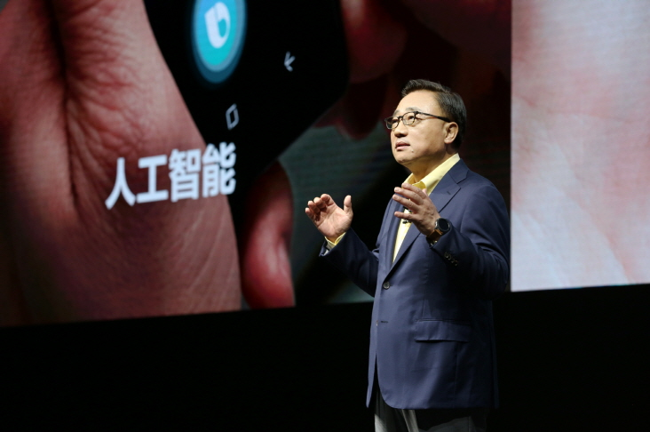Samsung Electronics President Koh Dong-jin, who heads the company's IT and Mobile division, delivers a speech at a showcase event for the Galaxy Note 9 smartphone in Shanghai, China, on Aug. 15, 2018. (image: Yonhap)