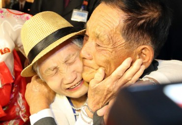 War-separated Families of Koreas Meet for First Time in over 6 Decades
