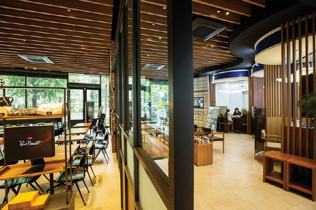 "Woori Bank's ""cafe in branch"" in Ichon-dong, Seoul. (image: Woori Bank)"