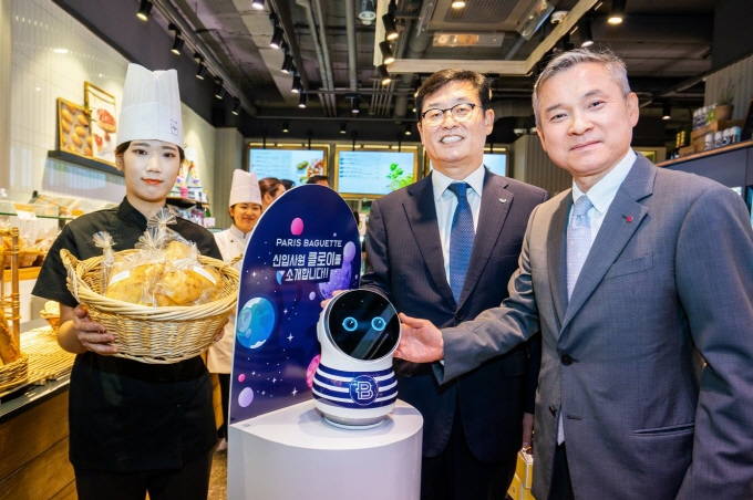 Paris Croissant Co. CEO Kwon In-tae (C) poses for a photo with LG Uplus Corp. CEO Ha Hyun-hwoi (R) at a Paris Baguette store in Seoul on Sept. 11, 2018. (image: Paris Croissant Co.)