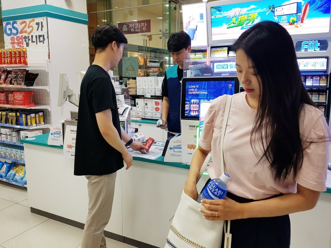 Generally speaking, women prefer to buy bottled beverages that they can carry around with them and drink from when necessary. (image: Yonhap)