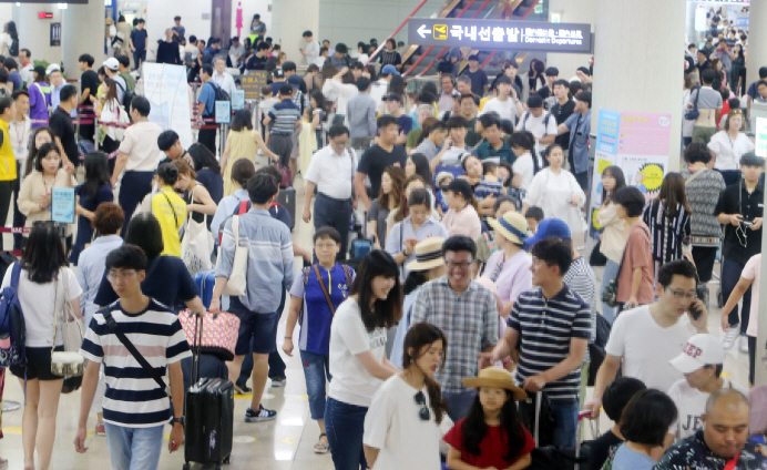 Passengers form long queues in front of boarding gates at the airport on South Korea's southern resort island of Jeju as Typhoon Soulik retreated from the Korean Peninsula on Aug. 24, 2018. (image: Yonhap)