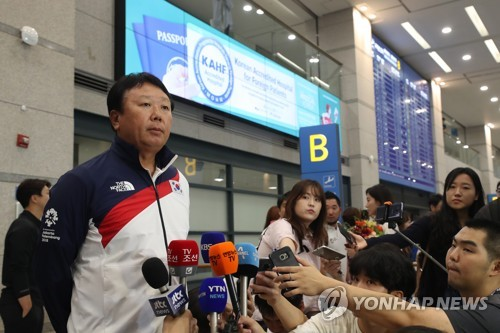 Sun Dong-yol, manager of South Korea's baseball team to the 18th Asian Games in Indonesia, speaks to the press at Incheon International Airport, west of Seoul, after returning home Sept. 3, 2018. (Image: Yonhap)