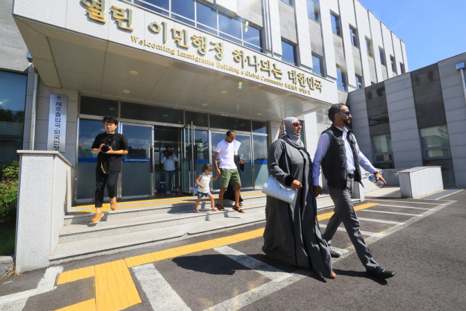 Unidentified Yemeni asylum seekers leave the immigration office on the southern island of Jeju after receiving humanitarian stay permits on Sept. 14, 2018. (image: Yonhap)