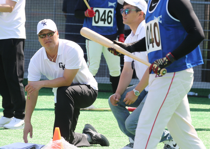 Koo Dae-sung (L), manager of the new, all-Korean club to join the Australian Baseball League, watches the open tryout for the team at Team Up Campus in Gwangju, Gyeonggi Province, on Sept. 17, 2018. (image: Yonhap)