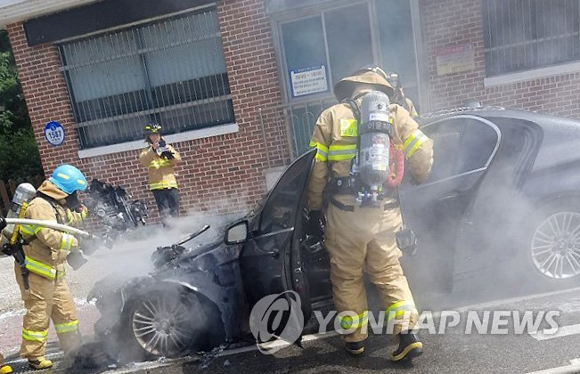 A BMW 520d caught fire shortly before Monday noon while going up a hill in Pyeongchang, 180 kilometers east of Seoul, local police and fire authorities said. (Image courtesy of Yonhap)