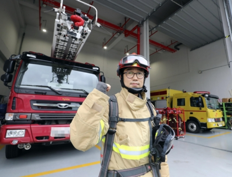 Firefighters at SK Hynix Factory Work Throughout Chuseok Holiday Weekend. Choi Geon-wu, a 39-year-old SK Hynix employee, will not be able to visit his family over the Chuseok holidays because of the nature of his work, ensuring the safety of an industrial complex that produces semiconductors. (Image courtesy of Yonhap)
