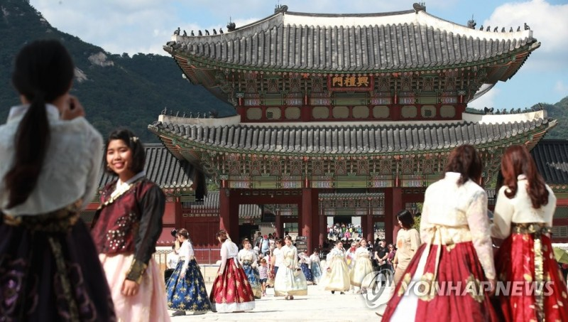 "Experts and Proprietors Strongly Divided on ""Fusion"" Hanbok Controversy"