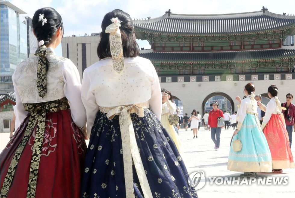"These fusion hanbok are different from the ""everyday hanbok"" that have been designed to simplify the traditional wear so that they can be worn more comfortably. (Image courtesy of Yonhap)"