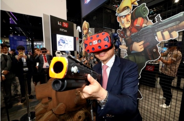 Hwang Chang-gyu, KT CEO, is playing a VR game at KT booth (Image courtesy of KT)
