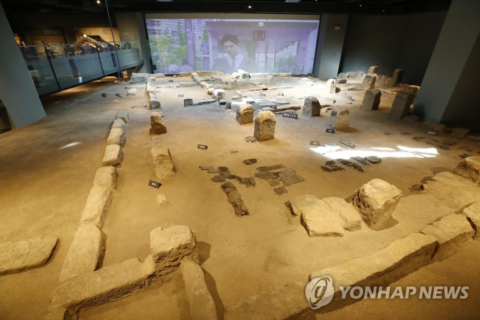 In the 3,817-square-meter museum, visitors can walk on the under which they can see vestiges of 16th and 17th century alleys and houses in Seoul. (Image courtesy of Yonhap)