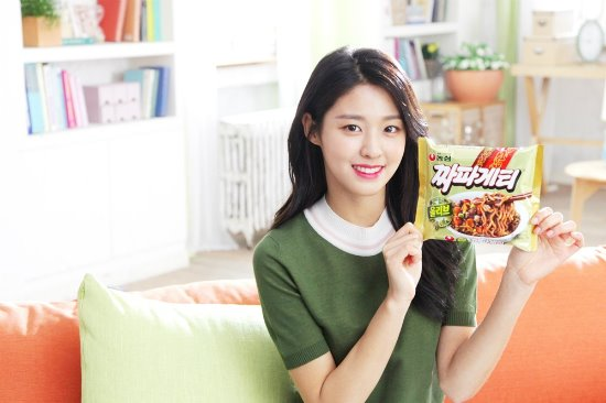 One prime example is the casting of Seoulhyun of AOA fame for a Nongshim Chapagetti commercial. Seolhyun is widely known as an avid fan of the instant noodles. After landing the lucrative deal as Chapagetti's model last year, Seolhyun renewed her contract in March and will be filming more advertisements featuring the instant noodles for another two years. (Image courtesy of Nongshim)