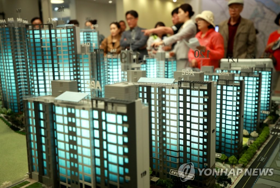 According to data released by Statistics Korea yesterday, the average living space per household in the Seoul region was 62.3 square meters, clinching the national title of the smallest living space of any location, far below the national average of 69.4 square meters.  (Image courtesy of Yonhap)