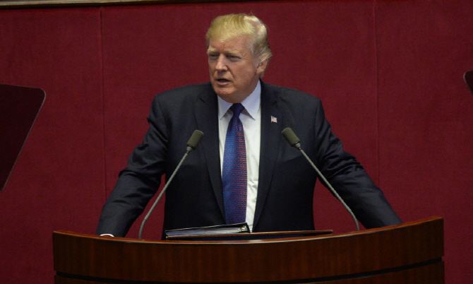 U.S. President Donald Trump's display of discomfort over the Korean film's Oscar wins came amid tensions between Seoul and Washington over the sharing of the cost for the upkeep of 28,500 American troops in South Korea. (image: Yonhap)