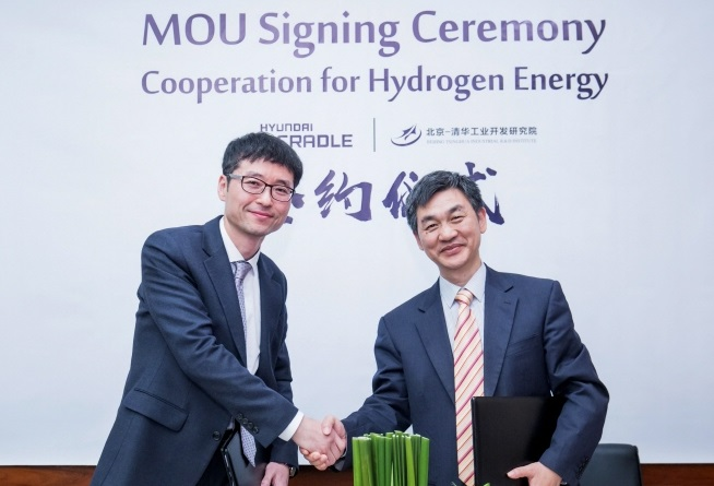 Hwang Yun-seong (L), director of the Hyundai Motor Open Innovation Center, shakes hands with professor Zhu, deputy director of the Beijing-Tsinghua Industrial R&D Institute, after signing an MOU for partnership in Tsinghua University. (image: Yonhap)