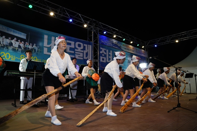 """There are currently 40 haenyeo divers in Gosan-ri, 20 of whom are participants in a """"haenyeo cultural performance team,"""" traveling in their spare time to raise public awareness of their traditions. (image: Festival Organizing Committee)"""