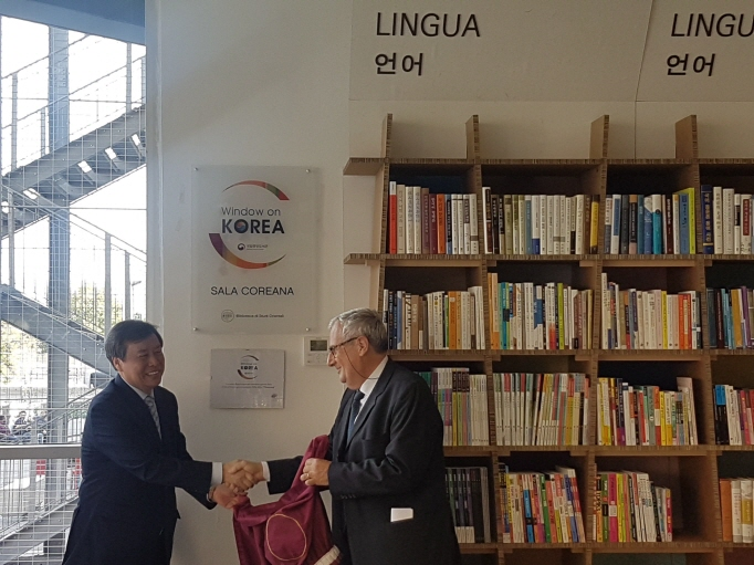 South Korea's Minister of Culture, Sports and Tourism Do Jong-whan (L) shakes hands with an official of the Sapienza University of Rome after a ceremony to unveil the Korean archive at the university on Oct. 16, 2018. (image: Yonhap)
