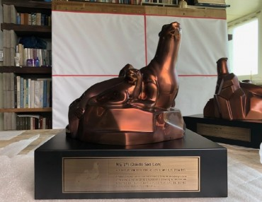 Students Donate Dokdo Sea Lion Statue to Japanese History Museum