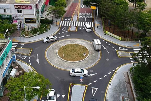 Roundabouts, in contrast, give priority to traffic already in the intersection, and instead of stop lines, they have yield lines drawn along the entry point of the junction. (image: Min. of the Interior & Safety)