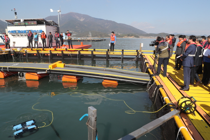 South Korea's oceans ministry showcases its latest smartphone-based fish farm operations system in Hadong, South Gyeongsang Province, on Oct. 31, 2018. (image: Yonhap)