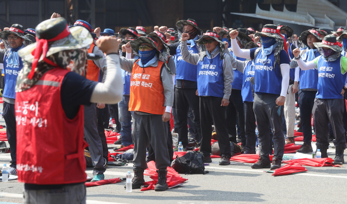The union said its 12,000-strong members are eligible to take part in the strike, though it was not immediately clear how many union members participated. (image: Yonhap)