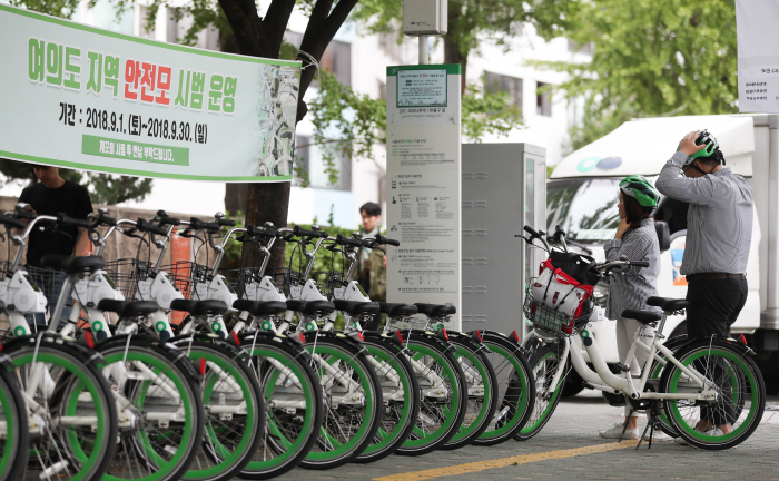 To stimulate the street economy, 424 bike shops across the city will be in charge of repairing and maintaining public bikes at nearby parking stations. (image: Yonhap)