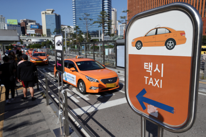 Significant attention is now being paid on how the taxi industry's effort to offer 'good' taxi service without refusing passengers will pay off.(image: Yonhap)