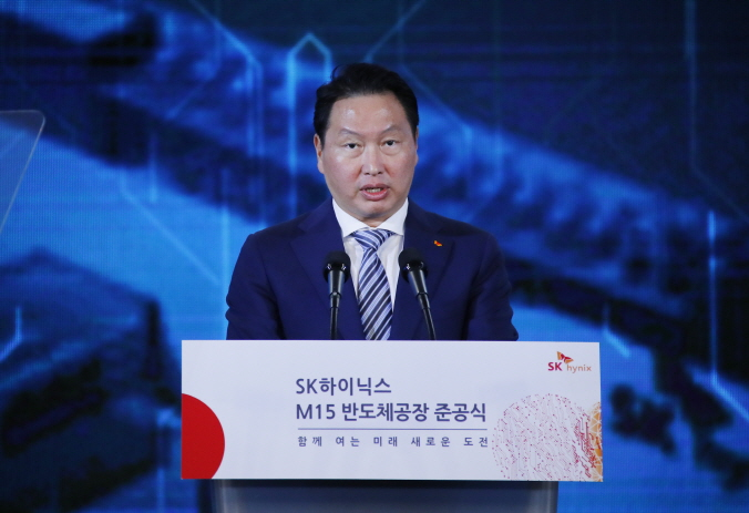 SK Group Chairman Chey Tae-won speaks at the opening ceremony of the M15 production line of SK hynix Inc. in Cheongju, 137 kilometers south of Seoul, on Oct. 4, 2018. (image: Yonhap)