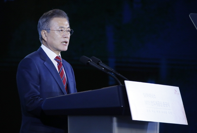 President Moon Jae-in speaks in a ceremony held in Cheongju, South Chungcheong Province on Oct. 4, 2018 to mark the construction of a new production facility of South Korean chipmaker SK hynix. (image: Yonhap)
