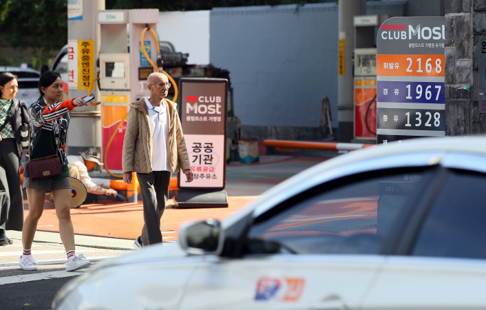 Seoul is contemplating such measures as the average cost for a barrel of crude has surpassed the US$80 mark on the international market, causing domestic prices to rise to the highest levels seen in the past several years. (image: Yonhap)