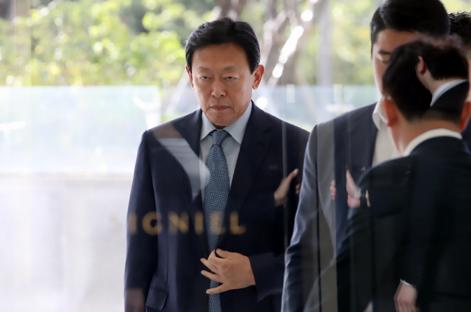 Lotte Group Chairman Shin Dong-bin arrives for work at Lotte World Tower in southeastern Seoul on Oct. 8, 2018. He was freed from prison on Oct. 5 after an appellate court suspended his sentence on bribery charges. (image: Yonhap)