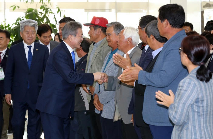 President Moon Jae-in, at the gathering with villagers, reportedly said that a naval base does not have to be a foothold for war. (image: Yonhap)