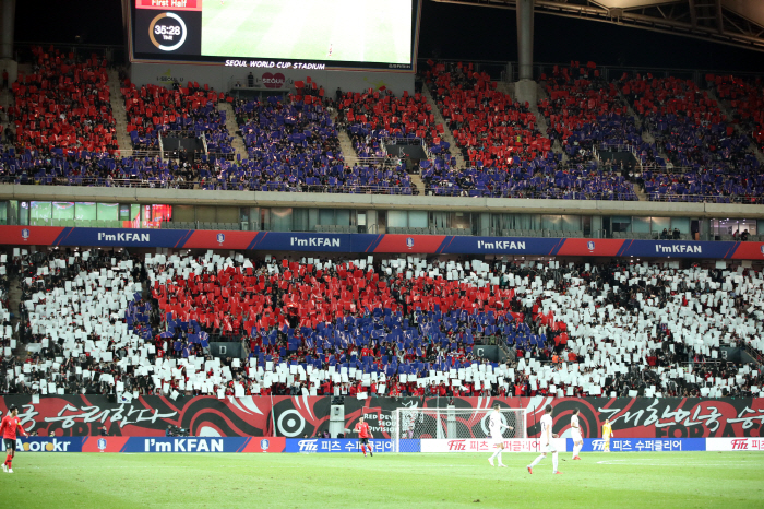 South Korean football fans doing a card stunt showing the national flag during the friendly football match between South Korea and Uruguay at Seoul World Cup Stadium in Seoul on Oct. 12. (image: Yonhap)