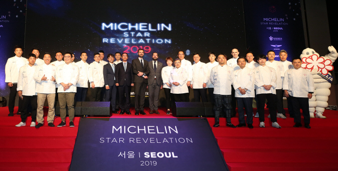 Michelin-starred chefs pose for a photo during an awards ceremony in Seoul on Oct. 18, 2018. (image: Yonhap)