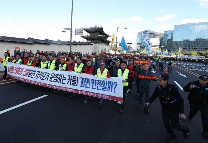 "At the center of the debate is the current law that does not specify ""commuting hours"" as outlined by the law. (image: Yonhap)"