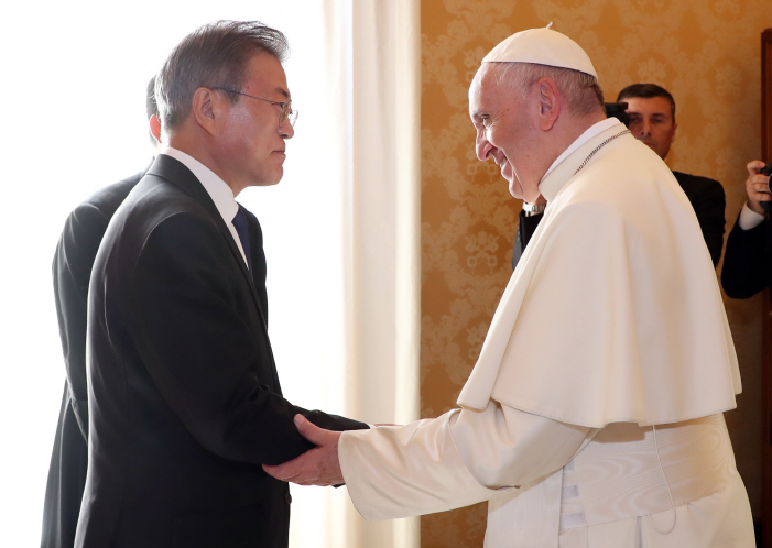 South Korean President Moon Jae-in (L) holds hands with Pope Francis while paying a courtesy call on the pontiff in the Vatican on Oct. 18, 2018. (image: Yonhap)