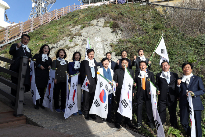Lawmakers of the parliamentary education committee visited South Korea's easternmost islets of Dokdo on Monday and denounced Japan's distorted territorial claim to the islets. (Yonhap)
