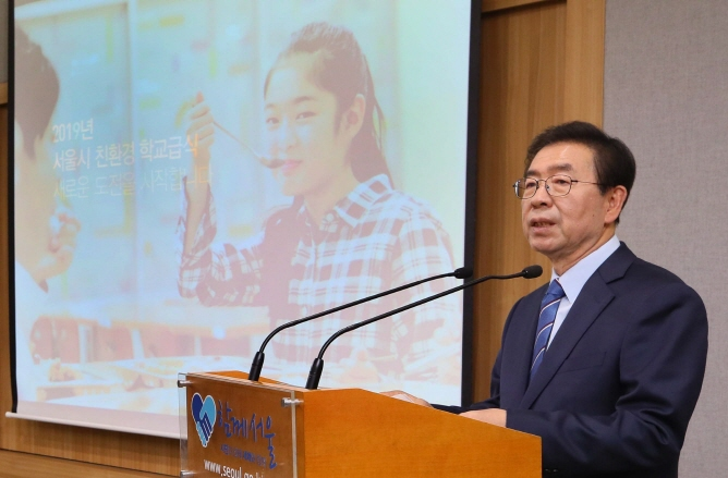 Seoul Mayor Park Won-soon speaks during a press briefing on the new free lunch policy announcement in Seoul on Oct. 29, 2018. (image: Yonhap)