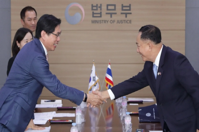 Thai Minister of Labour Adul Sangsingkeo (R) revealed plans to hold a meeting with his Korean counterpart in efforts to resolve the issue stemming from the influx of Thais currently working in South Korea illegally. (image: Yonhap)
