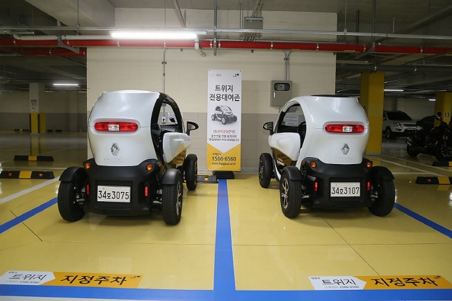 Twizy vehicles parked in designated parking spots at an LH apartment in Namyangju, Gyeonggi Province. (Yonhap)