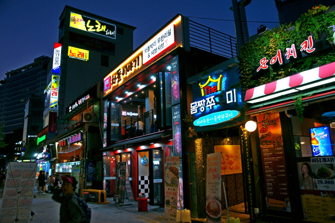 An increasing number of South Koreans are skipping breakfast and relying on convenience foods such as fruits, beverages, or cup noodles as a source of energy. (image: Yonhap)