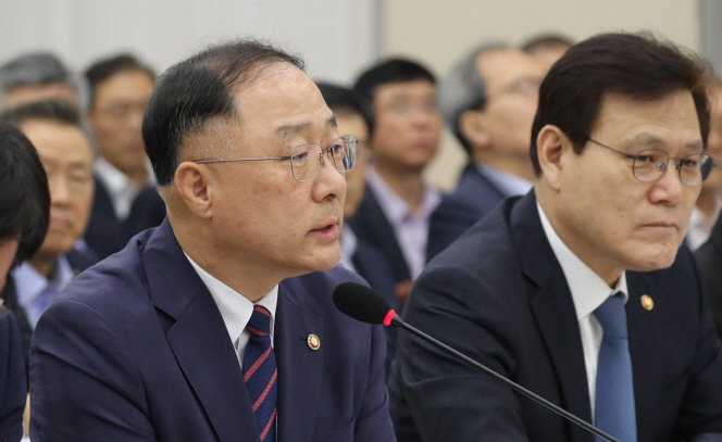 Hong Nam-ki (L), chief of the Office for Government Policy Coordination. (image: Yonhap)