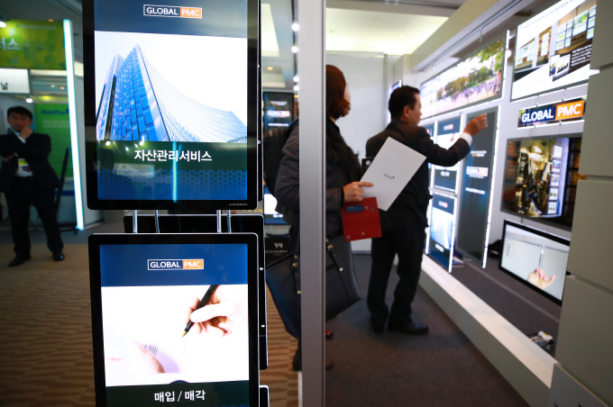 Visitors check exhibition booths at a real estate career fair held at the Convention and Exhibition Center in southern Seoul on Nov. 5, 2018. (image: Yonhap)