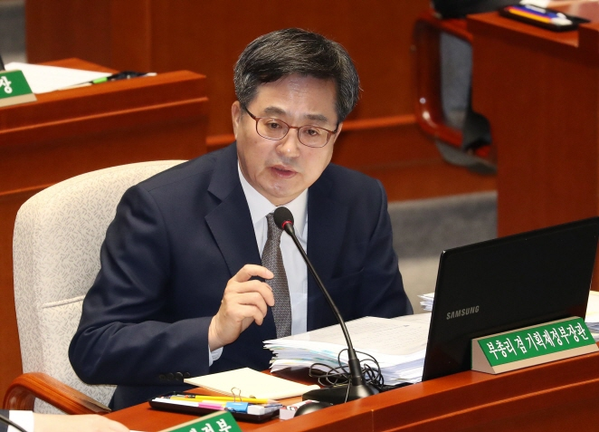Finance Minister Kim Dong-yeon answers a lawmaker's question in a parliamentary budget committee on Nov. 8, 2018. (image: Yonhap)